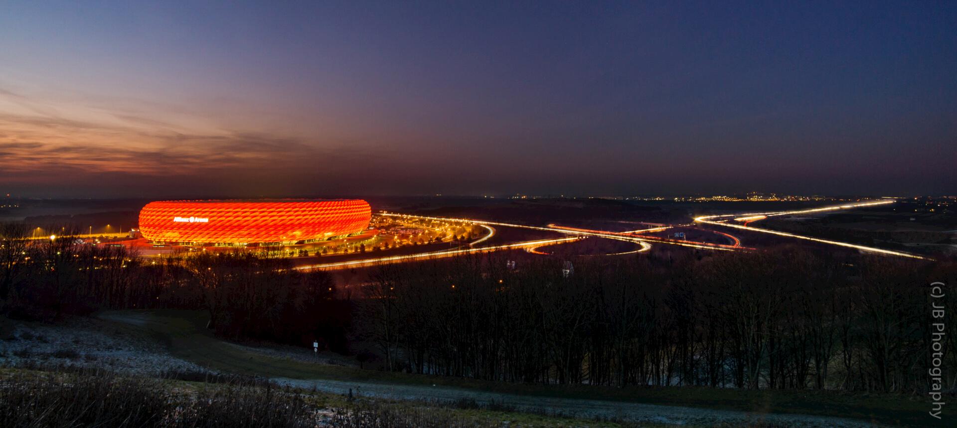 Allianz Arena mit Autobahn